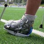 Sportverletzung am Fuß und Krücken