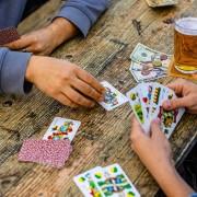Schnapskarten an einem Tisch mit 2 Spielern